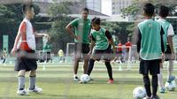 Mantan pemain Timnas Indonesia, Charis Yulianto, memberikan pelatihan kepada pesepak bola cilik di Lapangan Simprug, Sabtu (16/12/2017). Legenda sepak bola Indonesia ikut berpartisipasi pada MILO Football Clinic Day. (Bola.com/M Iqbal Ichsan)