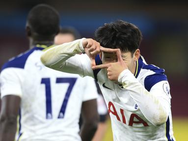 Penyerang Tottenham Hotspur, Son Heung-min berselebrasi usai mencetak gol ke gawang Burnley pada pertandingan lanjutan Liga Inggris di stadion Turf Moor, Burnley, Inggris, Senin (26/10/2020). Tottenham menang tipis 1-0 atas Burnley. (Lindsey Parnaby/Pool via AP)