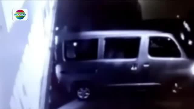 Guna pemeriskaan lebih lanjut, tersangka digelandang menuju Mapolresta Palembang. Polisi hingga kini terus memburu empat pelaku yang masih buron.