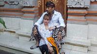 Nora Alexandra dan Jerinx SID dalam busana adat (Sumber: Instagram/ncdpapl)