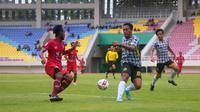 Duel pemain Persis, Andre Putra (kiri), dengan bek Semen Padang, Yohanis Tjoe, dalam laga uji coba di Stadion Manahan (5/3/2020). (Bola.com/Vincentius Atmaja)