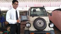 Deni Kusumawan di depan Daihatsu Midget II Hybrid (Istimewa)