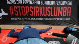 Aktivis JAAN melakukan aksi teatrikal menolak eksploitasi hewan lumba-lumba di Jakarta, Senin (31/10). Mereka menilai pentas satwa lumba-lumba tidak menyampaikan pesan edukasi dan tidak menghargai . (Liputan6.com/Helmi Fithriansyah)