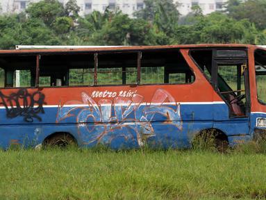 Bangkai armada transportasi Metromini terparkir di Pool Bus Dinas Perhubungan DKI Jakarta, Rawa Buaya, Jumat (23/3). Bus Metromini yang rusak dan tak layak mulai digantikan oleh angkutan umum Minitrans dan Metrotrans. (Liputan6.com/Arya Manggala)