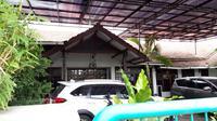 Rumah mantan Exco PSSI, Hidayat, yang terletak di Surabaya, digeledah Satgas Antimafia Bola, Rabu (23/1/2019). (Bola.com/Zaidan Nazarul)