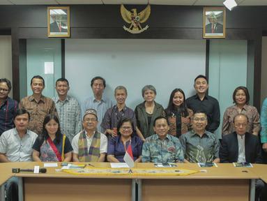 Direktur SCM sekaligus Presiden Direktur Indosiar, Imam Sudjarwo (depan ketiga kanan) bersama jajaran SCM/Emtek Group foto bersama saat silatuhrami dengan Persekutuan Gereja-gereja Indonesia (PGI), Jakarta, Rabu (31/7/2019). (Liputan6.com/Faizal Fanani)