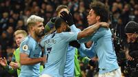 Para pemain Manchester City merayakan gol yang dicetak Leroy Sane ke gawang Liverpool pada laga Premier League di Stadion Etihad, Manchester, Kamis (4/1). City menang 2-1 atas Liverpool. (AFP/Paul Ellis)