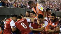 Selebrasi para pemain timnas Paraguay setelah menjebol jala Cile, Jumat (2/9/2016). (AFP)