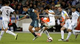Pemain timnas Uruguay Edinson Cavani berebut bola dengan penyerang timnas Argentina Paulo Dybala dalam laga persahabatan di Stadion Bloomfield, Tel Aviv, Israel, Senin (18/11/2019). Skor berakhir 2-2, dengan penalti Lionel Messi menghindarkan timnas Argentina  dari kekalahan. (Jack GUEZ/AFP)