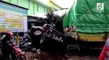 Kecelakaan kembali terjadi di Flyover Kretek, Jalur selatan Bumiayu, Brebes, penguhubng Purwokerto-Yogyakarta. Kali ini truk tronton menabrak 10 sepeda motor dan 5 mobil.