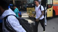 Arthur Cunha da Rocha bersama rombongan Arema ke Banjarmasin. (Bola.com/Iwan Setiawan)