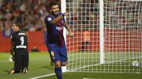 Striker Barcelona, Luis Suarez, melakukan selebrasi usai mencetak gol ke gawang Girona pada laga La Liga Spanyol di Stadion Montilivi Sabtu (23/9/2017). Barcelona menang 3-0 atas Girona. (AFP/Josep Lago)