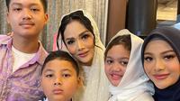 Krisdayanti pamer foto bersama keempat anaknya di medsos. (Foto: Instagram @krisdayantilemos)