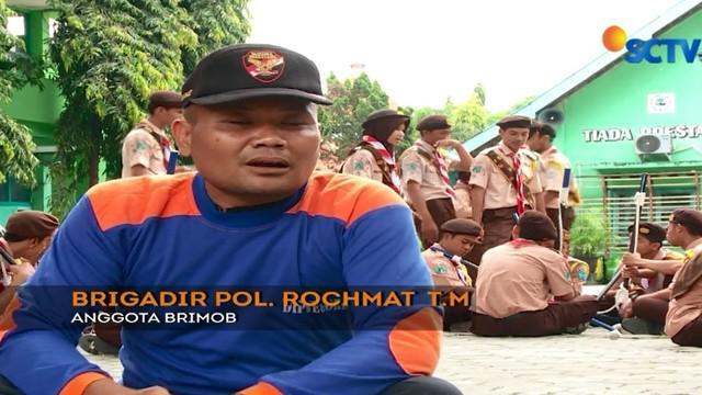 Sejak 2007, Rochmat mengasuh puluhan anak-anak dari keluarga kurang mampu dan yatim piatu yang tidak memiliki biaya sekolah.