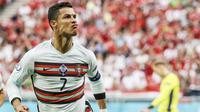Mega bintang Timnas Portugal, Cristiano Ronaldo, menyabet gelar top skor di Euro 2020 dengan torehan lima gol. Koleksi gol Ronaldo sejatinya sama dengan penyerang Republik Ceska, Patrik Schick. (Foto:AP/Bernadett Szabo/Pool)