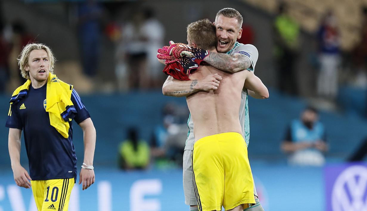 Kiper Swedia, Robin Olsen bersama rekan setim merayakan hasil imbang 0-0 di akhir pertandingan. (Foto: AP/Pool/Jose Manuel Vidal)