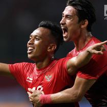 Pemain Indonesia, Irfan Jaya, melakukan selebrasi usai mencetak gol ke gawang Palestina pada laga Asian Games di Stadion Patriot, Bekasi, Rabu (15/8). Timnas Indonesia U-23 dipaksa menyerah 1-2 oleh Palestina. (Bola.com/Vitalis Yogi Trisna)