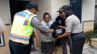 Aksi sosial polisi Kediri (Liputan6.com / Dian Kurniawan)
