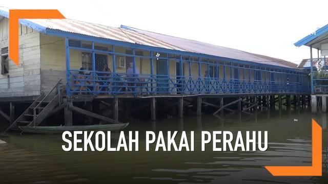 Akibat banjir, siswa SD di Jambi berangkat ke sekolah pakai perahu.