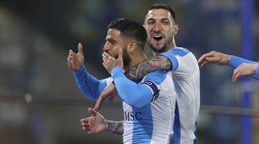 Striker Napoli, Lorenzo Insigne (kiri) merayakan gol pertama Napoli yang dicetaknya ke gawang Lazio dalam laga lanjutan Liga Italia 2020/2021 pekan ke-32 di Diego Armando Maradona Stadium, Naples, Kamis (22/4/2021). Napoli menang 5-2 atas Lazio. (Lapresse via AP/Alessandro Garofalo)