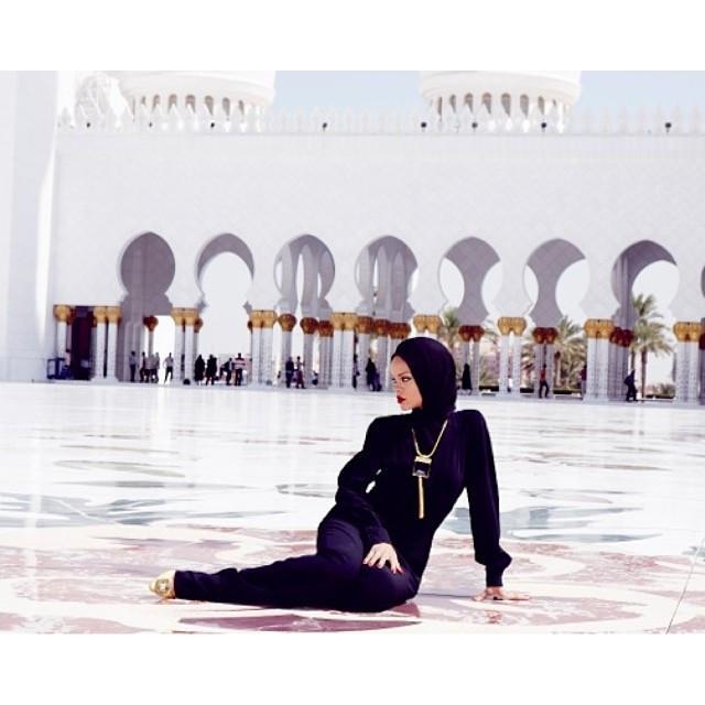 Rihanna mengunjungi Masjid Agung Sheikh Zayed. (Instagram/ badgalriri - https://www.instagram.com/p/fqaqxXBM3v/)