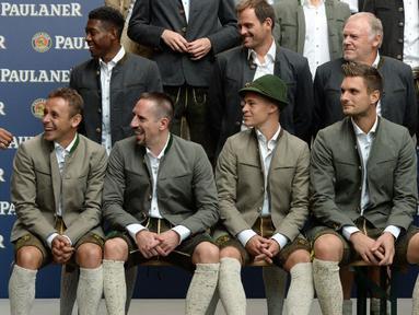 Pemain-pemain Bayern Munchen melakukan sesi foto dengan memakai kostum tradisional Bavaria. Pemain baru Munchen, Arturo Vidal pun turut serta dalam sesi foto tersebut. (25/8/2015). (AFP Photo/Christof Stache)