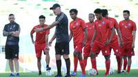 Mario Gomez dalam sesi latihan perdana Arema FC di Stadion Gajayana, Malang. (Bola.com/Iwan Setiawan)