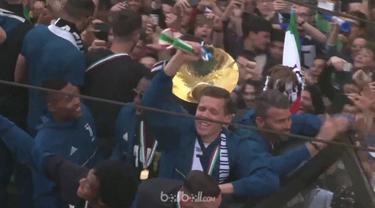 Berita video momen Wojciech Szczesny melakukan tangkapan penyelamatan saat skuat Juventus selebrasi di atas bus. This video presented by BallBall.