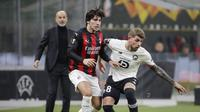 Gelandang AC Milan, Sandro Tonali berusaha merebut bola pemain Lille, Xeka pada pertandingan H Liga Europa di Stadion San Siro, di Milan, Italia, Kamis (5/11/2020). Lille menang telak atas AC Milan 3-0. (AP Photo/Luca Bruno)