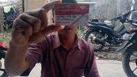 Sejumlah warga di Kabupaten Garut, Jawa Barat, penerima Program Keluarga Harapan (PKH) melaporkan praktik pemotongan bantuan hingga jual beli Kartu Keluarga Sejahtera (KKS) sebagai syarat pencairan. (Liputan6.com/Jayadi Supriadin)