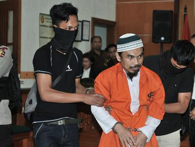 Terdakwa kasus terorisme Wawan Kurniawan alias Abu Afif dikawal petugas bersiap menjalani sidang vonis di PN Jakarta Barat, Kamis (13/9). Majelis hakim menjatuhi hukuman Abu Afif dengan kurungan penjara selama 11 tahun. (Merdeka.com/Iqbal S. Nugroho)