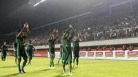 Para pemain PSS Sleman menyapa suporter usai mengalahkan Arema FC pada laga Liga 1 2019 di Stadion Maguwoharjo, Sleman, Rabu (15/5). PSS menang 3-1 atas Arema. (Bola.com/Yoppy Renato)