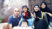 Muhammad Yasir (kiri) bersama keluarganya. (Dok Pribadi Facebook M. Yasir)