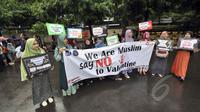 Warga melakukan aksi menolak peringatan Hari Valentine saat Car Free Day di Bundaran HI, Jakarta, Minggu (8/2/2015). (Liputan6.com/Faizal Fanani)