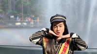 Tak hanya di Indonesia saja, wanita yang akrab disapa Feli ini juga menikmati liburan ke luar negeri. Saat liburan ke Singapura, penampilannya tampak santai dengan setelan baju hitam keluaran dari brand Gucci. (Liputan6.com/IG/@felicyangelista_)
