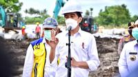 Presiden Joko Widodo (Jokowi) meninjau lokasi jebolnya Tanggul Citarum di Kampung Sumber Urip, Kecamatan Pebayuran, Kabupaten Bekasi, Jawa Barat, Rabu 24 Februari 2021.  (Dok PUPR)