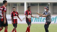 Para pemain Persipura Jayapura tampak lesu usai ditaklukkan Arema FC 0-1 dalam laga pekan ke-5 BRI Liga 1 2021/2022 di Stadion Madya, Jakarta, Rabu, (29/9/2021). Persipura kalah 0-1. (Bola.com/ M Iqbal Ichsan)