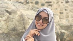 Dinobatkan sebagai ratu kecantikan membuat Kevin Lilliana selalu tampil anggun setiap saat. Tak cuma menawan mengenakan gaun ala kontes kecantikan, Kevin juga memukau dalam balutan busana muslim lengkap dengan hijab. (Liputan6.com/IG/kevinlln)