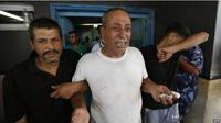 Seorang ayah menangisi anaknya yang tewas dalam serangan terbaru di Gaza. (BBC)