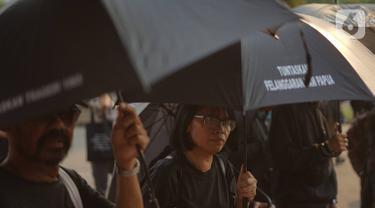 Aktivis Jaringan Solidaritas Korban untuk Keadilan mengikuti aksi Kamisan di depan Istana Merdeka, Kamis (24/10/2019). Aksi ke-607 mengkritisi pelantikan Prabowo Subianto sebagai Menteri Pertahanan yang dianggap bertanggung jawab atas sejumlah kasus pelanggaran HAM. (Liputan6.com/Immanuel Antonius)