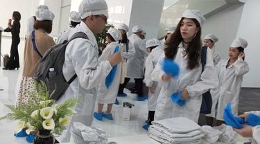Persiapan memasuki pabrik Oppo di Dongguan, Guangdong, Tiongkok. Pengunjung mengenakan pakaian khusus, topi, dan penutup sepatu. (Liputan6.com/Ramdania El Hida)