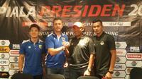 Gelandang Persib Bandung, Kim Jeffrey Kurniawan dalam sesi konferensi pers menjelang Piala Presiden 2019, Jumat (1/3/2019). (Bola.com/Erwin Snaz)