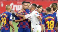 Gelandang Barcelona, Sergio Busquets, bersitegang dengan gelandang Sevilla, Fernando, dalam laga lanjutan La Liga Spanyol, Sabtu (20/6/2020) dini hari WIB. Barcelona bermain imbang 0-0 atas Sevilla. (AFP/Cristina Quicler)
