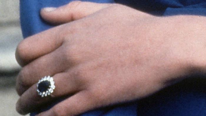 Cincin safir biru yang dikenakan Putri Diana (AP)