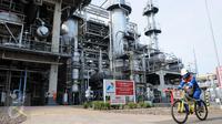 Petugas PT. Pertamina (Persero) melintas Refinery Unit (RU) atau kilang VI Balongan di Indramayu, Jawa Barat, (14/1). RU VI Balongan merupakan tumpuan produksi BBM jenis Pertamax Series milik PT. Pertamina (Persero). (Liputan6.com/Helmi Afandi)