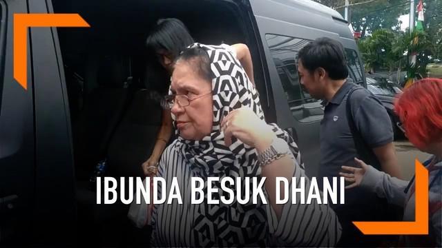 Ibunda Ahmad Dhani Joyce Theresia Pamela membesuk putranya di Lapas Cipinang. Ibunda Ahmad Dhani membesuk bersama beberapa kerabatnya