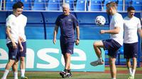 Manajer Swiss Vladimir Petkovic (tengah) tiba untuk sesi latihan di Stadion Petrovsky, St. Petersburg, Rusia, Kamis (1/7/2021). Swiss akan menghadapi Spanyol pada pertandingan perempat final Euro 2020. (AP Photo/Dmitri Lovetsky)