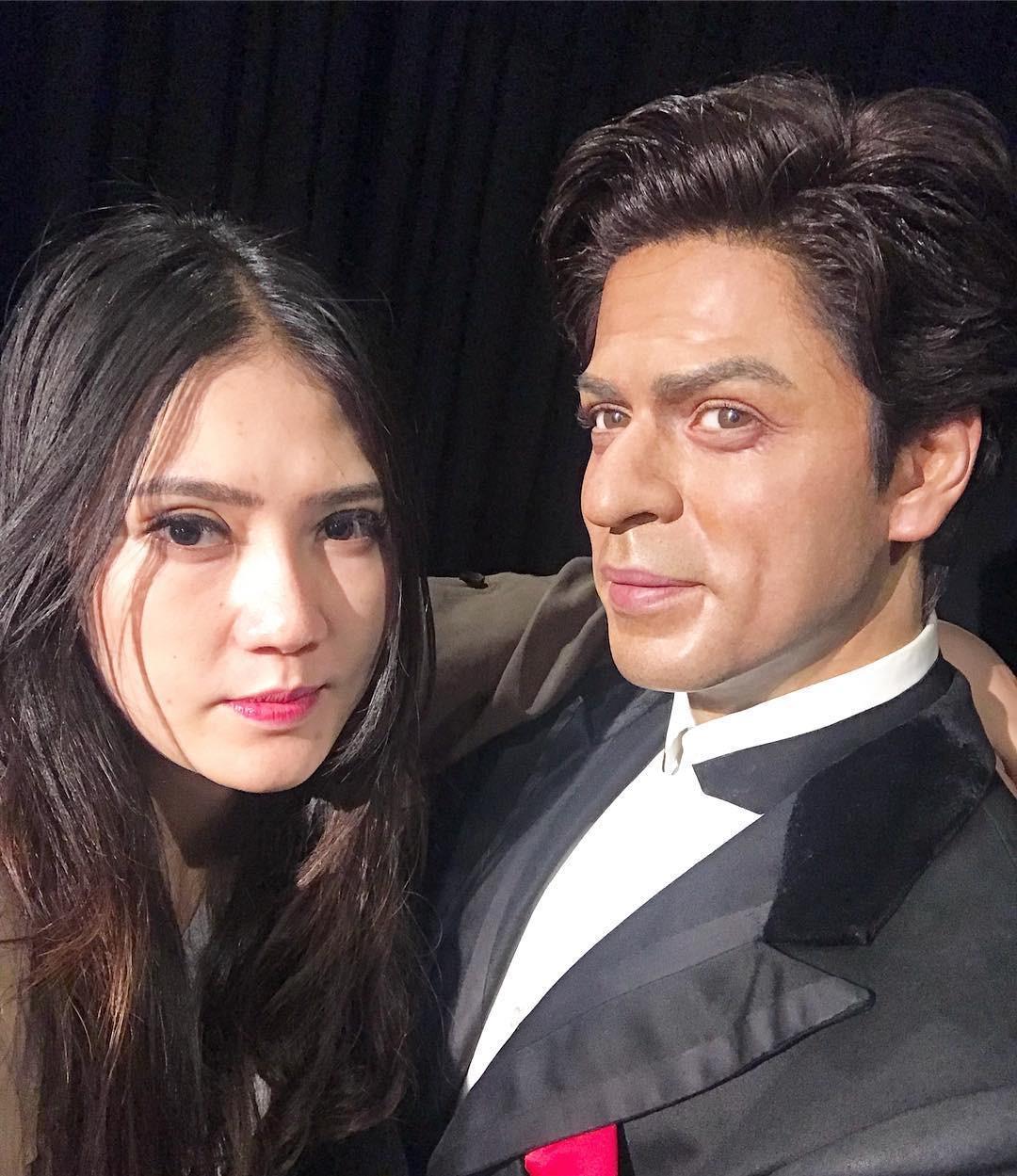 Via Vallen dan patung lilin Shahrukh Khan. (Instagram - @viavallen)