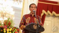 Presiden Joko Widodo melakukan konferensi pers usai bertemu dengan Pansel KPK, Jakarta, Senin (25/5/2015). Jokowi meminta Pansel untuk memilih calon pimpinan KPK yang kredibel, berintegritas dan dipercaya masyarakat. (Liputan6.com/Faizal Fanani)
