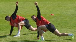 Para pemain Inggris saat mengikuti sesi latihan jelang menghadapi Bulgaria dalam lanjutan penyisihan Grup A kualifikasi Euro 2020 di Praha, Republik Ceko, Minggu (13/10/2019). The Three Lions berpeluang memastikan tiket ke Euro 2020 saat menghadapi Bulgaria. (Michal CIZEK/AFP)